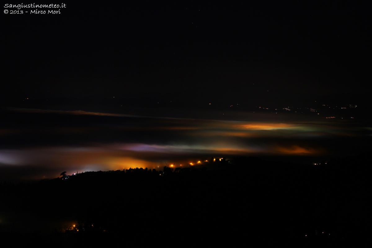 Valtiberina avvolta dalla nebbia di notte